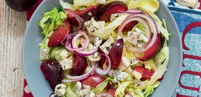 Sałatka ze śliwkami i serem pleśniowym