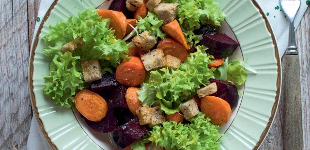 Zimowa sałatka z pieczonymi warzywami